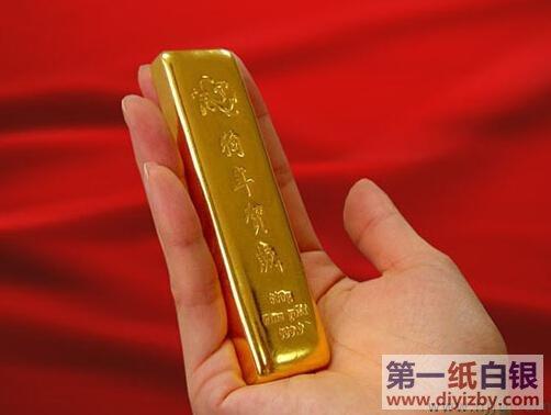 另外金条还分为盎司金和克金,克金小的有10g、20g、50g、100g、200g、500g等,大的就得按公斤算了。盎司金分2盎司、5盎司和10盎司三种规格。 可以说每个交易所、每个银行、每个品牌商所推出的金条重量都不一样,一般种类繁多,但标准金条的重量就是116.64克(折合3.746盎司),其余重量目前市场也很多,具体看投资者的需求度而生产。 纸白银新手入门知识大全: